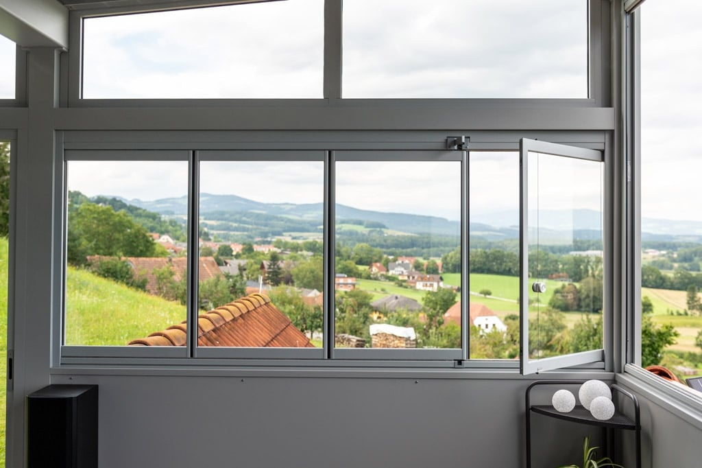 Photovoltaik-Sommergarten Alu 01 y | Schiebe-Dreh-Glas Innenansicht, 1 Element offen | Svoboda