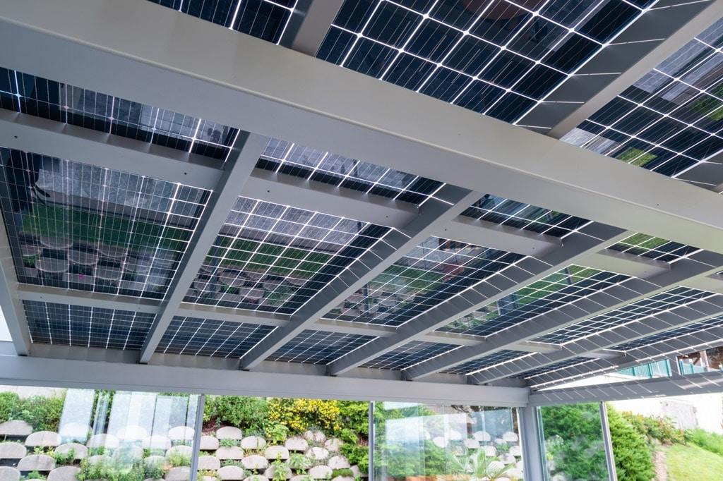 Photovoltaik-Sommergarten Alu 01 z10 | Unteransicht PV-Glas-Module bei Alu-Terrassendach | Svoboda