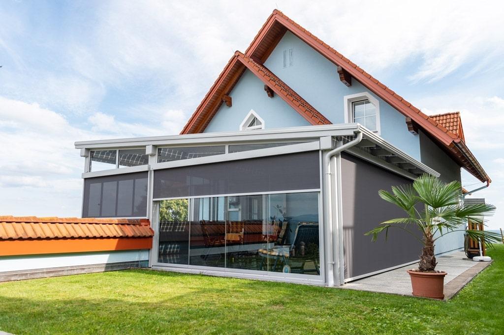 Photovoltaik-Sommergarten Alu 01 z30 | mit grauer Senkrecht-Beschattung und Verglasung | Svoboda