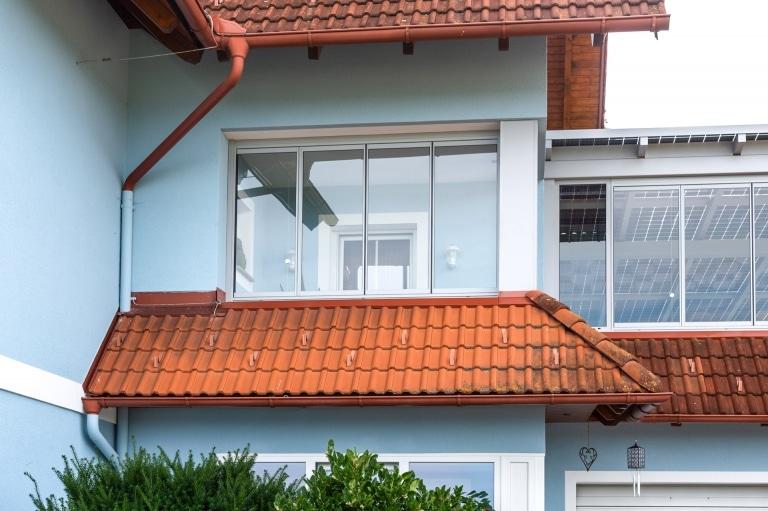 S 35 b | Verglasung mit Glas-Schiebe-Dreh-Elementen bei Hausmauer | Svoboda