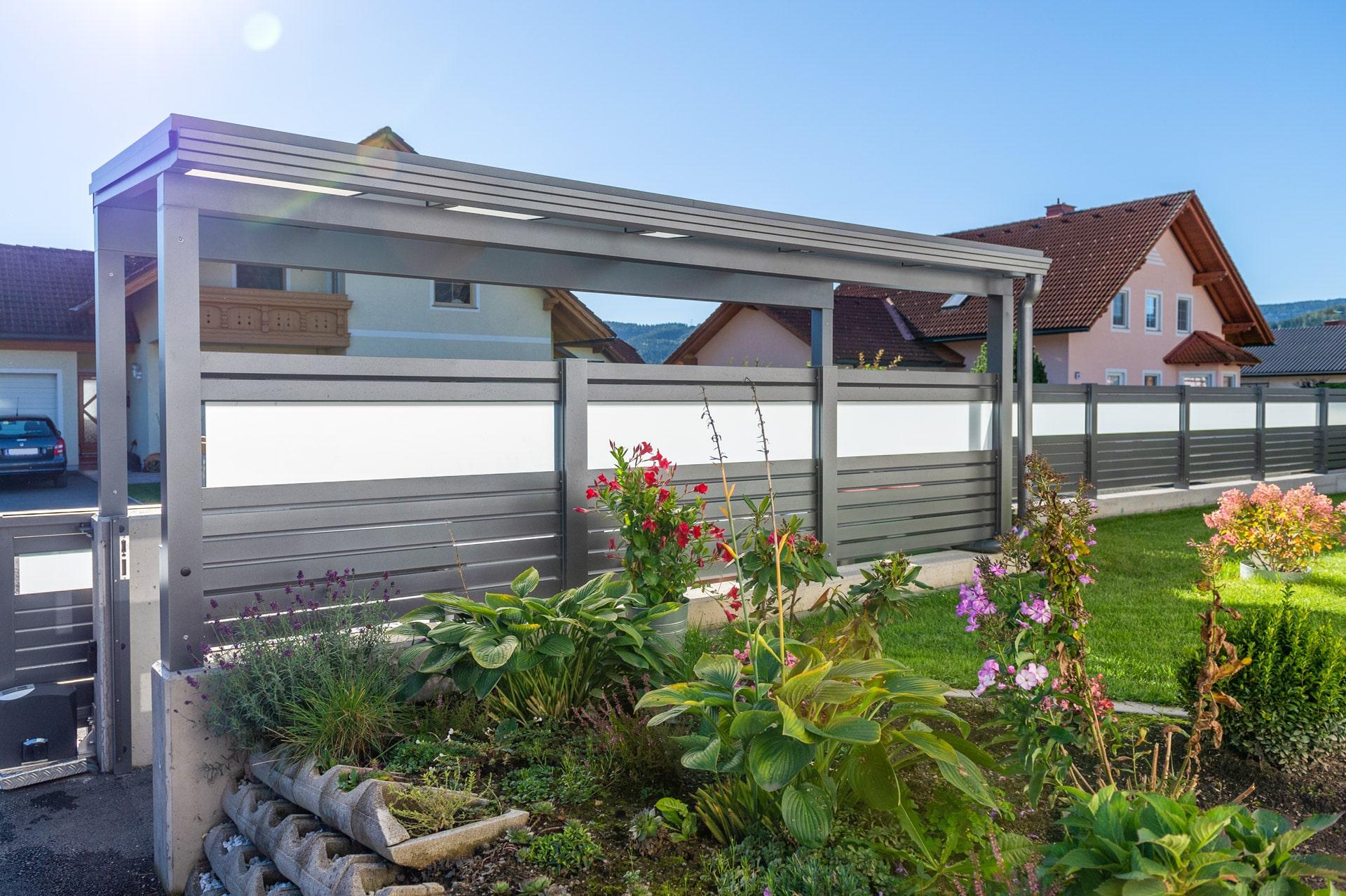 S 36 a | Müllplatz Überdachung aus Aluminium-Mattglas mit seitlichem Alu-Glas-Sichtschutz | Svoboda