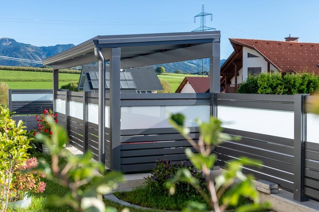 S 36 b | graues Alu-Glas-Dach mit Alu Dachrinne in Sichtschutz-Zaunanlage integriert | Svoboda