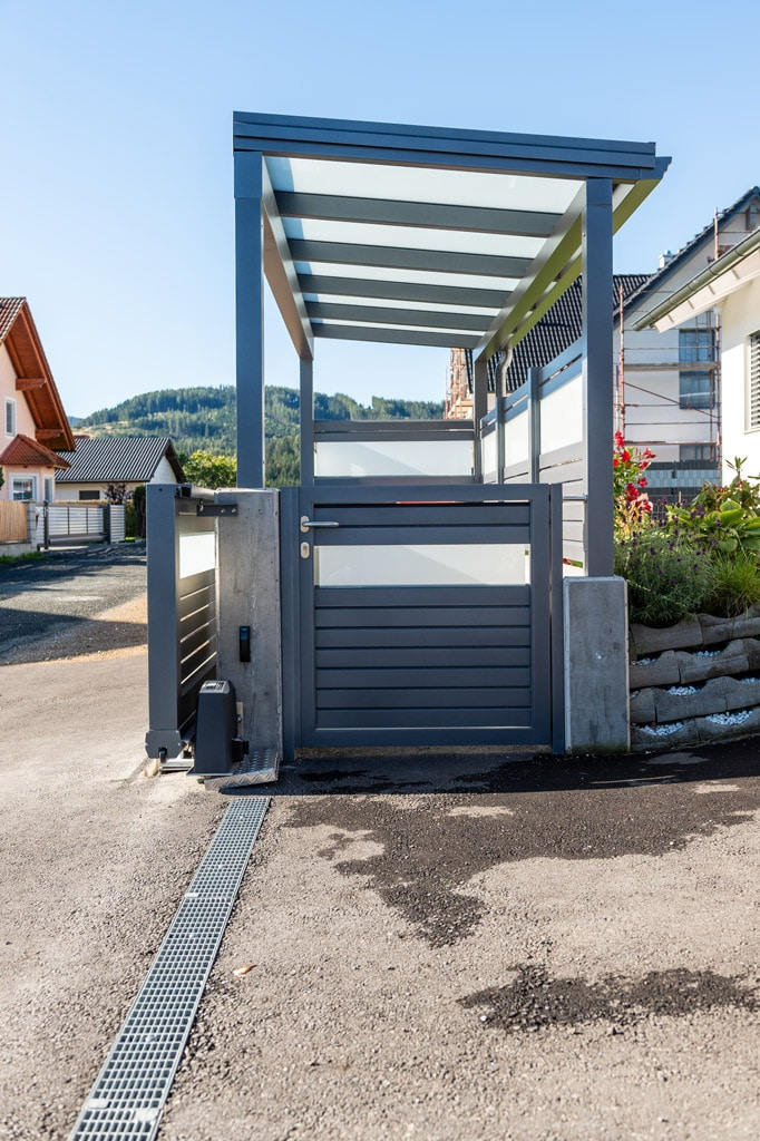 S 36 f | Müllplatz-Überdachung aus grau beschichtetem Aluminium & Mattglas mit Gehtür | Svoboda