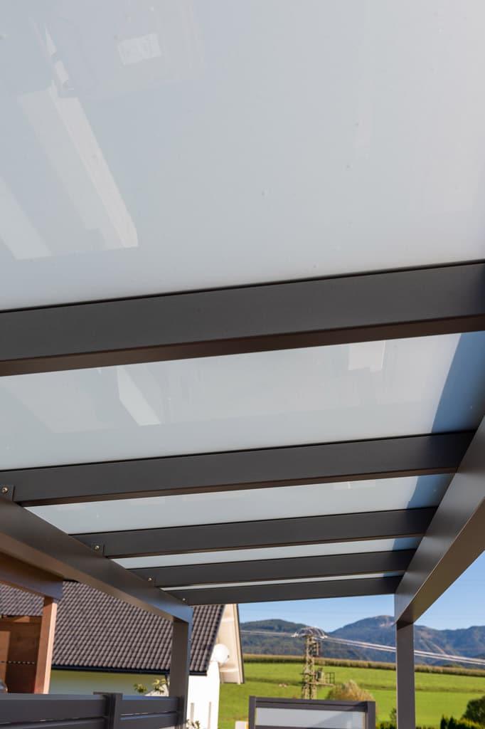 S 36 o | Unteransicht Alu Müllplatz Überdachung grau, Eindeckung aus VSG Glas matte Folie | Svoboda