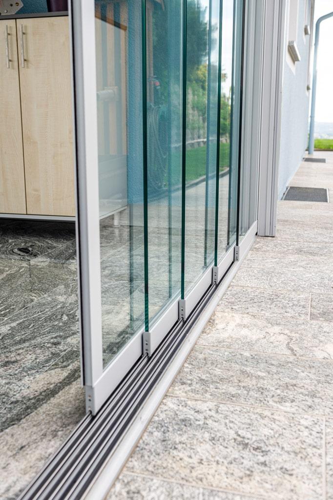 Schiebe 08 h | Detail Fünfspurige Schiebe-Verglasung mit Bodenschiene auf Boden aufgesetzt | Svoboda