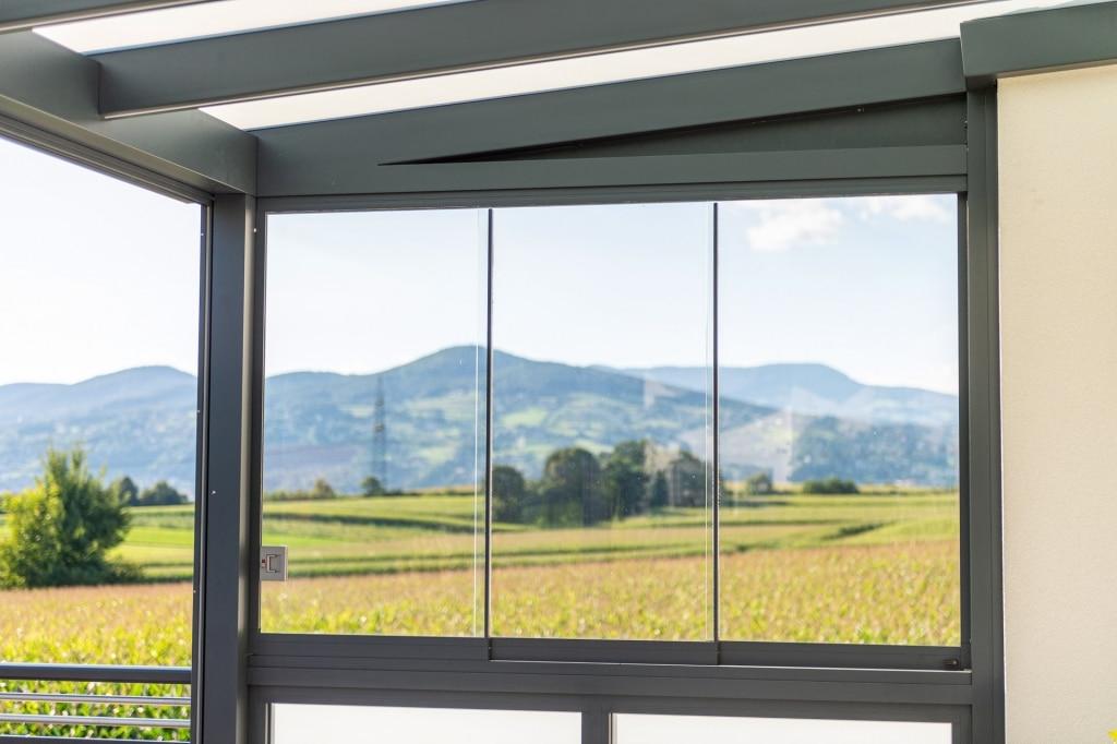 Schiebe 10 h | halbhohe Schiebe-Verglasung als Windschutz & Regenschutz bei Terrasse | Svoboda