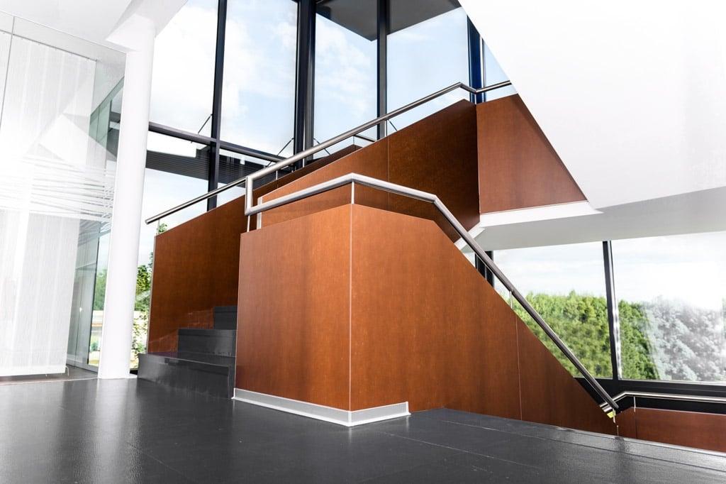 Sonder 02 i | Fundamax HPL Platten braun bei modernem Niro Stiegengeländer im Innenbereich | Svoboda