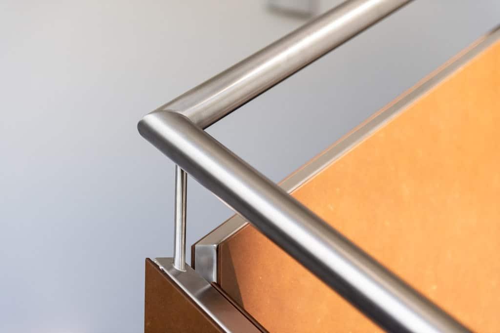Sonder 02 z15 | Handlauf aus rundem Edelstahl bei Edelstahl-Innengeländer mit HPL Platten | Svoboda