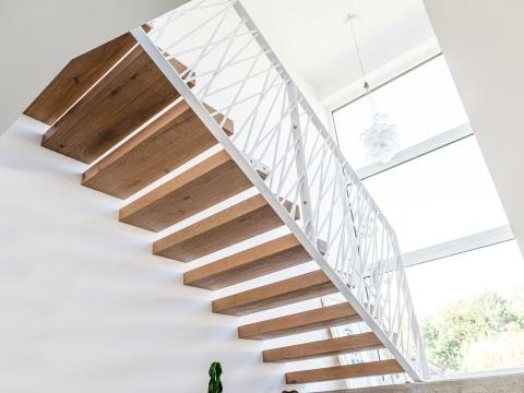 Sonder 03 d | modernes Design Stiegengeländer bei Treppe aus künstlerischen weißen Stäben | Svoboda