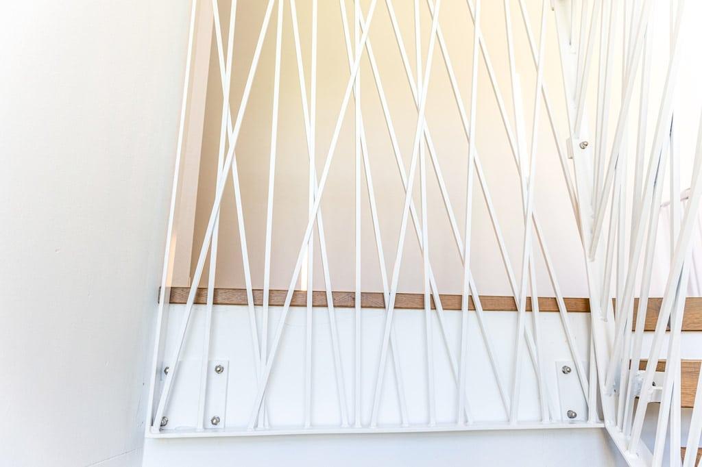 Sonder 03 j | Stirnseitig montiertes modernes Stabgeländer im Innenraum aus weissem Stahl | Svoboda