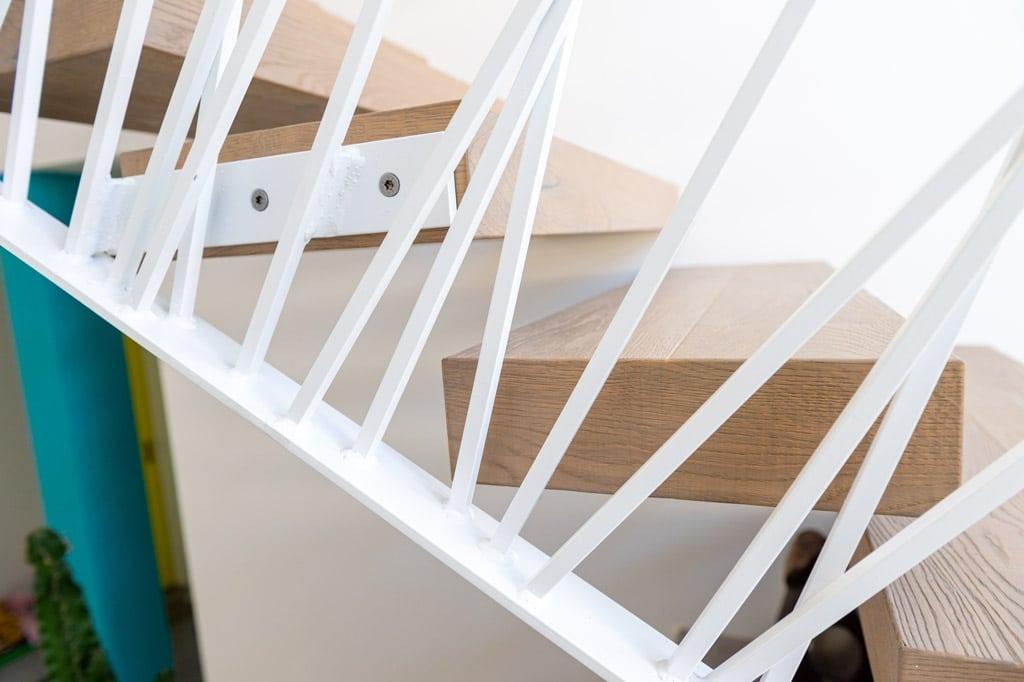 Sonder 03 r | modernes künstlerisches Desinger Innengeländer weiß stirnseitig bei Holztreppe | Svoboda
