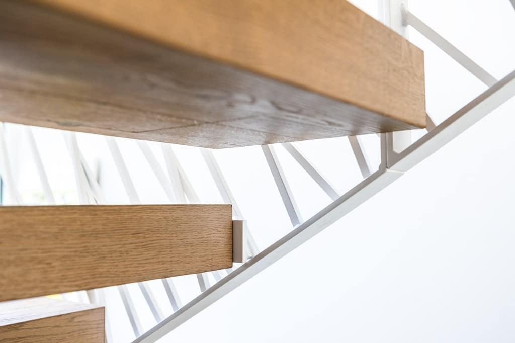 Sonder 03 x | Stahl Treppengeländer stirnseitig bei Holztreppe mit weißer Beschichtung | Svoboda