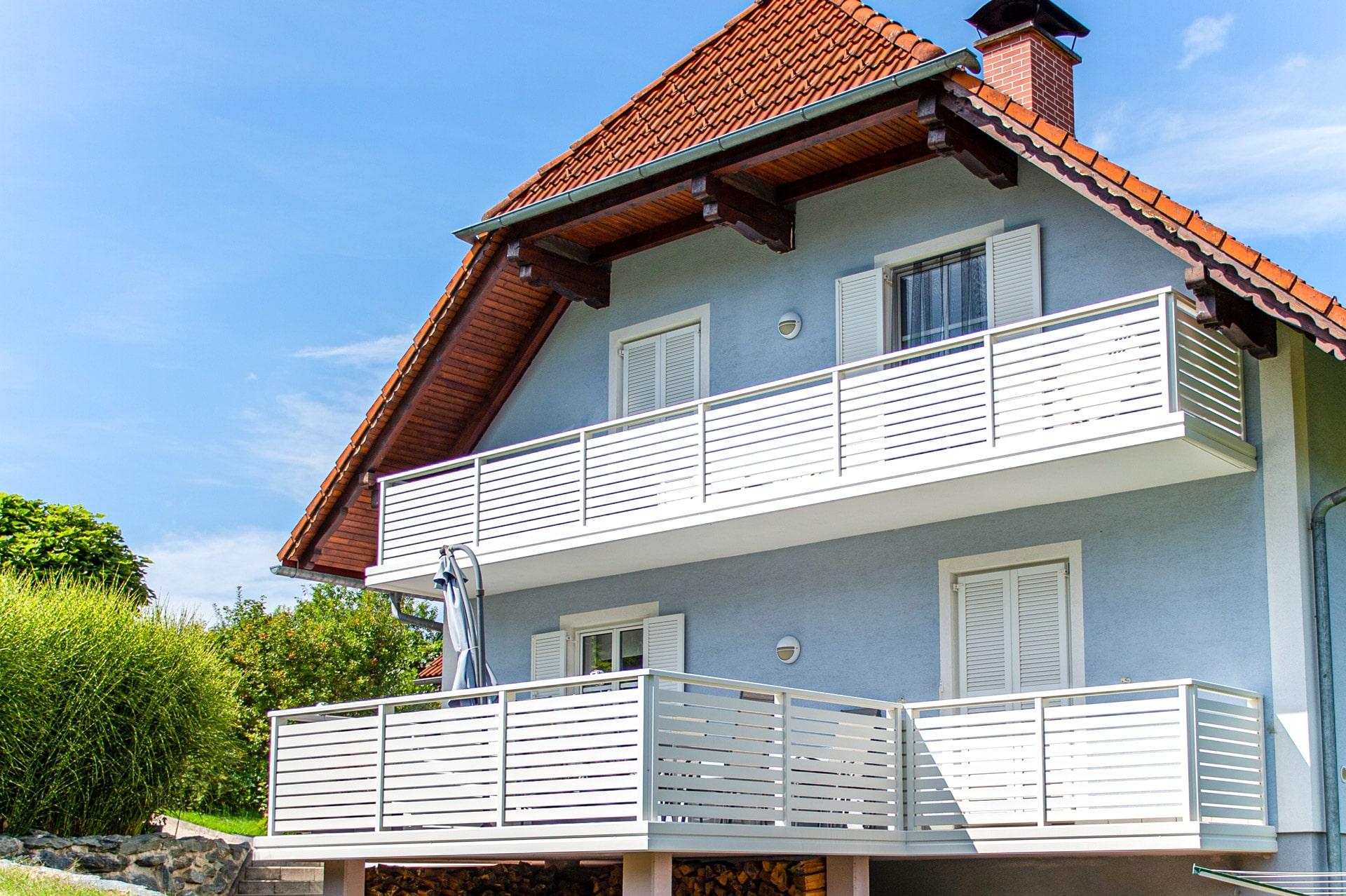 Telfs 12 b   modernes, weißes Aluminiumgeländer mit waagrechten Latten bei Balkon/Terrasse   Svoboda