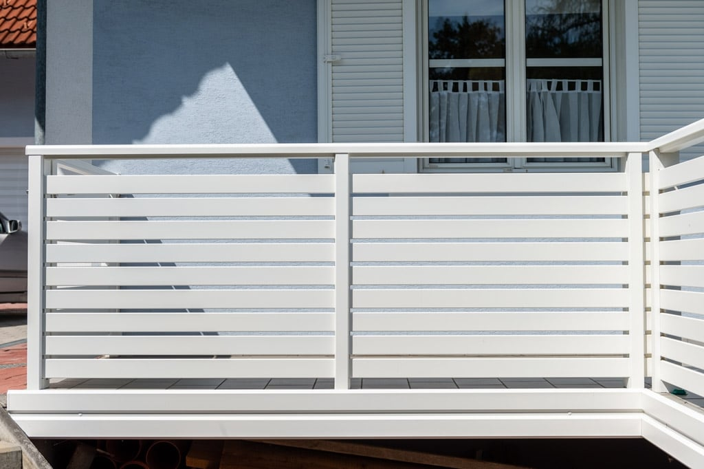 Telfs 12 h   weißes Aluminium-Querlattengeländer bei Terrasse mit Aluminium-Verblendung   Svoboda