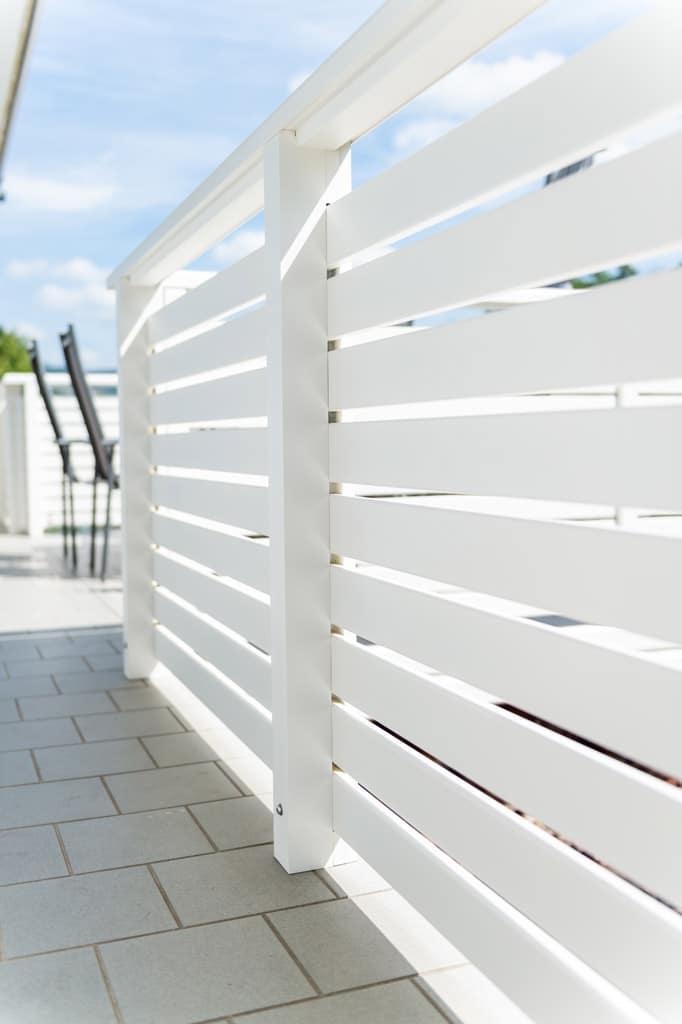 Telfs 12 j   horizontale Alulatten bei Geländer, weiß beschichtet und aufgesetzt montiert   Svoboda