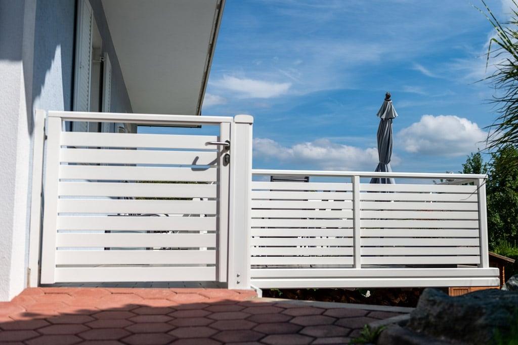 Telfs 12 k   weiß beschichtetes Aluminium Terrassengeländer mit Gehtür aus Querlattung   Svoboda