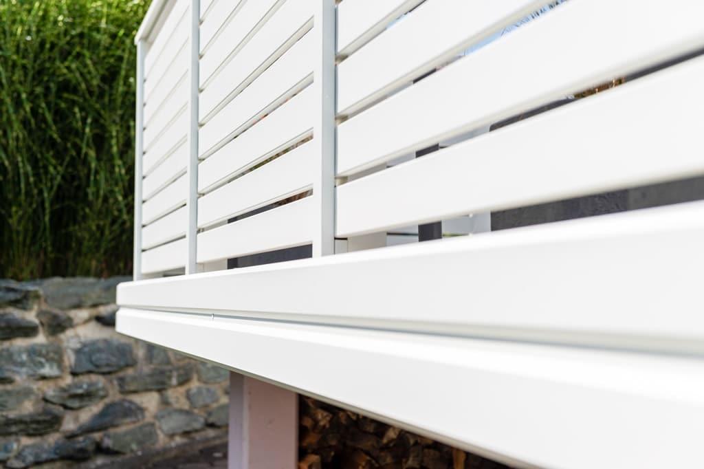 Telfs 12 p   Nahaufnahme von stirnseitiger Aluminium-Verblendung bei Balkon   Svoboda Metall