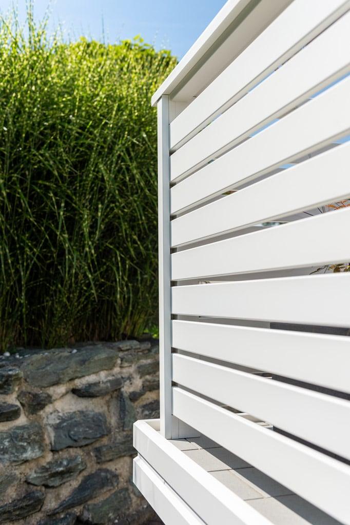 Telfs 12 q   Aufgesetzt montierter Aluminium-Steher bei Querlatten-Terrassengeländer weiß   Svoboda