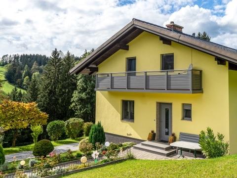 Telfs 14 b | modernes graues Alu-Latten-Geländer mit Quer Rhomboid-Lattung bei gelbem Haus | Svoboda