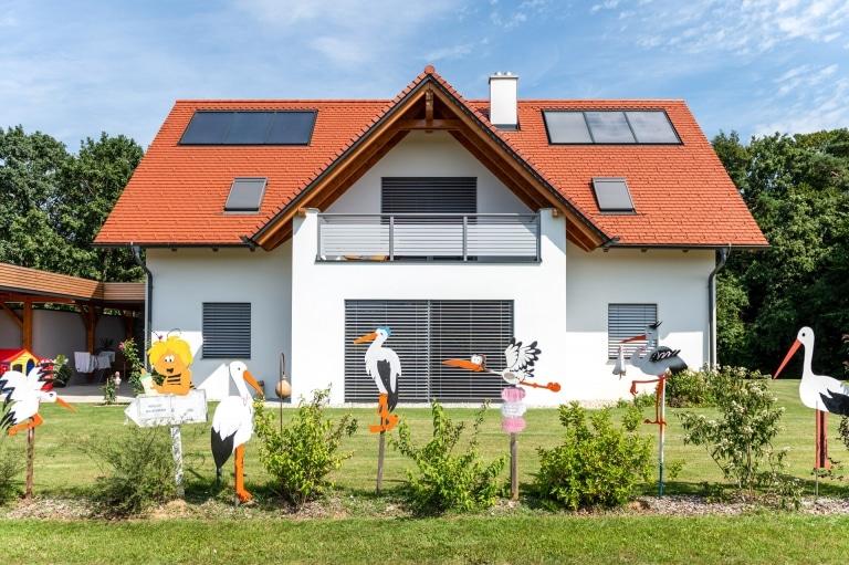 Telfs 15 b | Hellgrau & Dunkelgrauer Aluminiumbalkon mit waagrechten Latten bei EVH Neubau | Svoboda