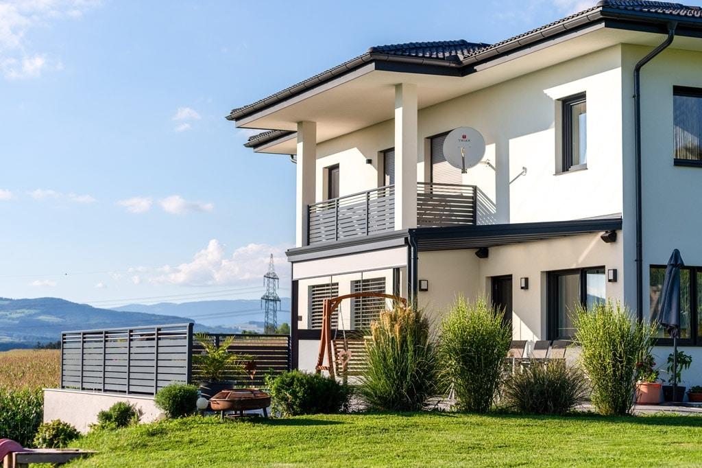 Terrassendach Alu 97 b | Moderne Aluminiumüberdachung anthrazit bei modernem EVH Neubau | Svoboda