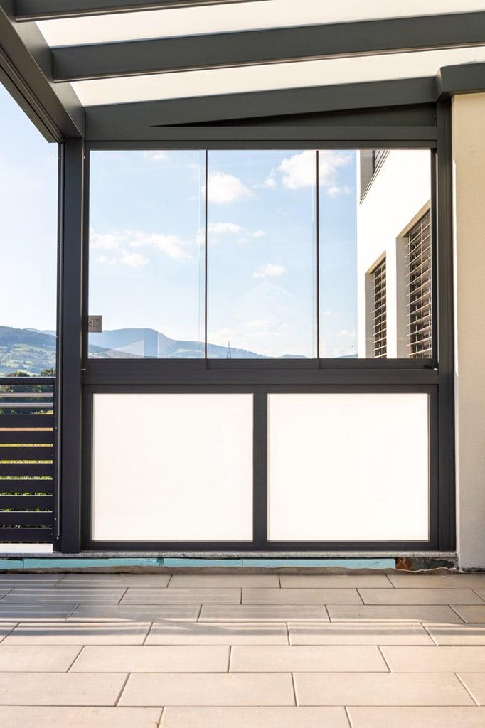 Terrassendach Alu 97 j | mit seitlicher Windschutz-Verglasung aus Fix-Mattglas und Schiebe | Svoboda