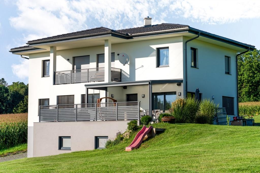 Terrassendach Alu 97 w | Aluminium-Überdachung anthrazit bei Terrasse, modernes Haus weiß | Svoboda