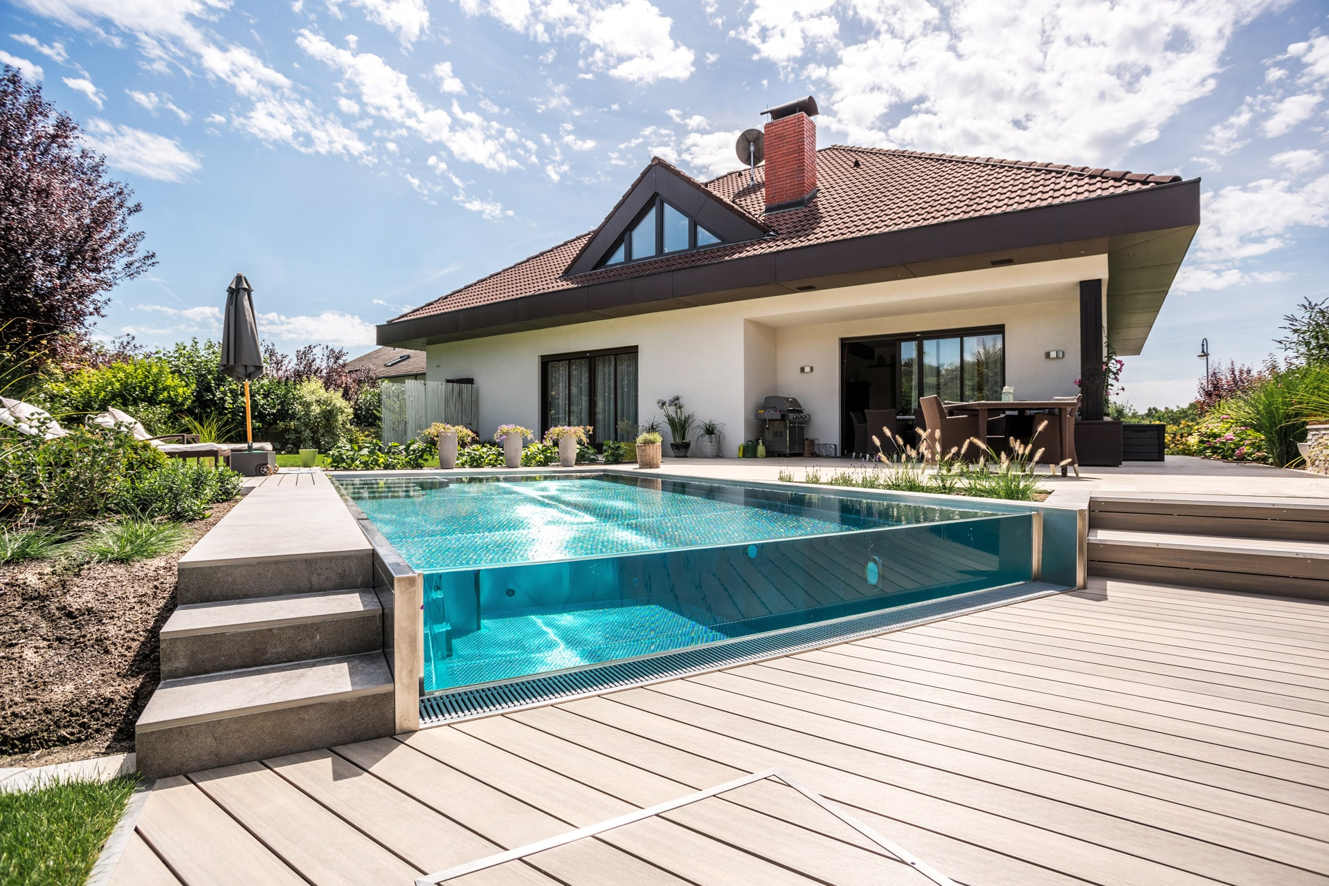 Überlaufpool 02 g | Edelstahlpool mit Glas-Überlauf Infinity bei Bungalow-Haus | Svoboda