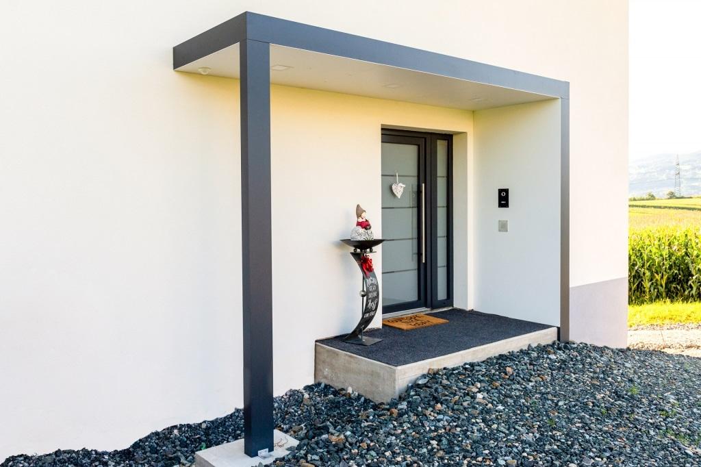 Vordach Alu 46 a | Modernes Alu-Vollblech-Vordach anthrazit-weiß bei Eingangstür | Svoboda