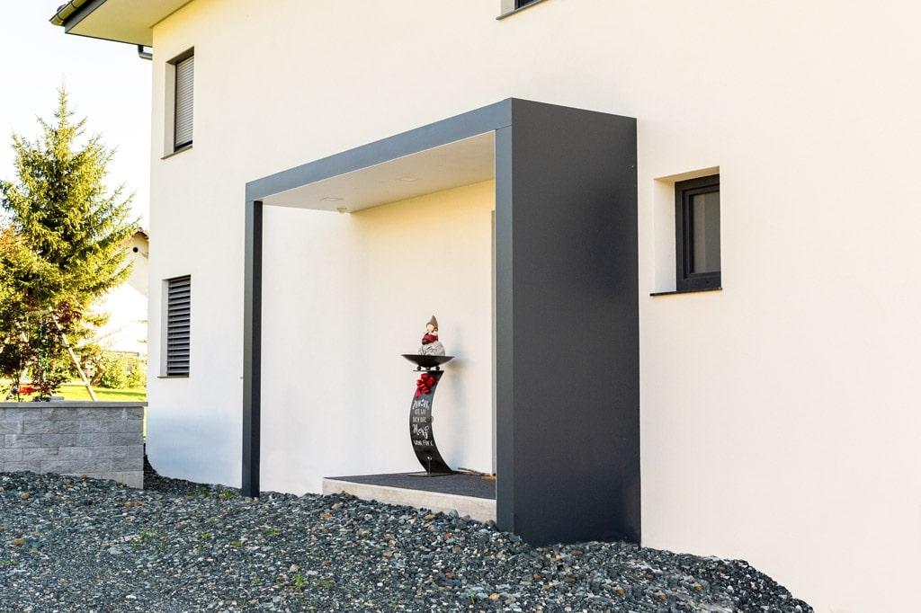 Vordach Alu 46 c | moderne Aluüberdachung beim Eingang, Alu Sicht- & Regenschutz seitlich | Svoboda