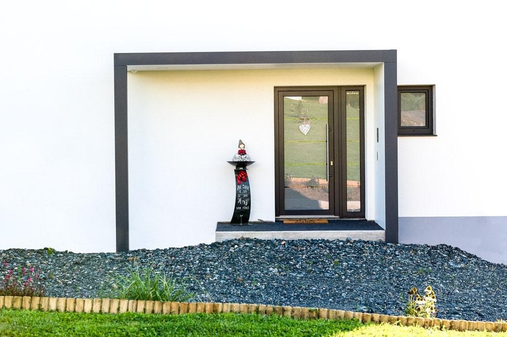 Vordach Alu 46 e | Modernes Alu-Vordach bei Hauseingang aus Vollblech weiß & anthrazit | Svoboda
