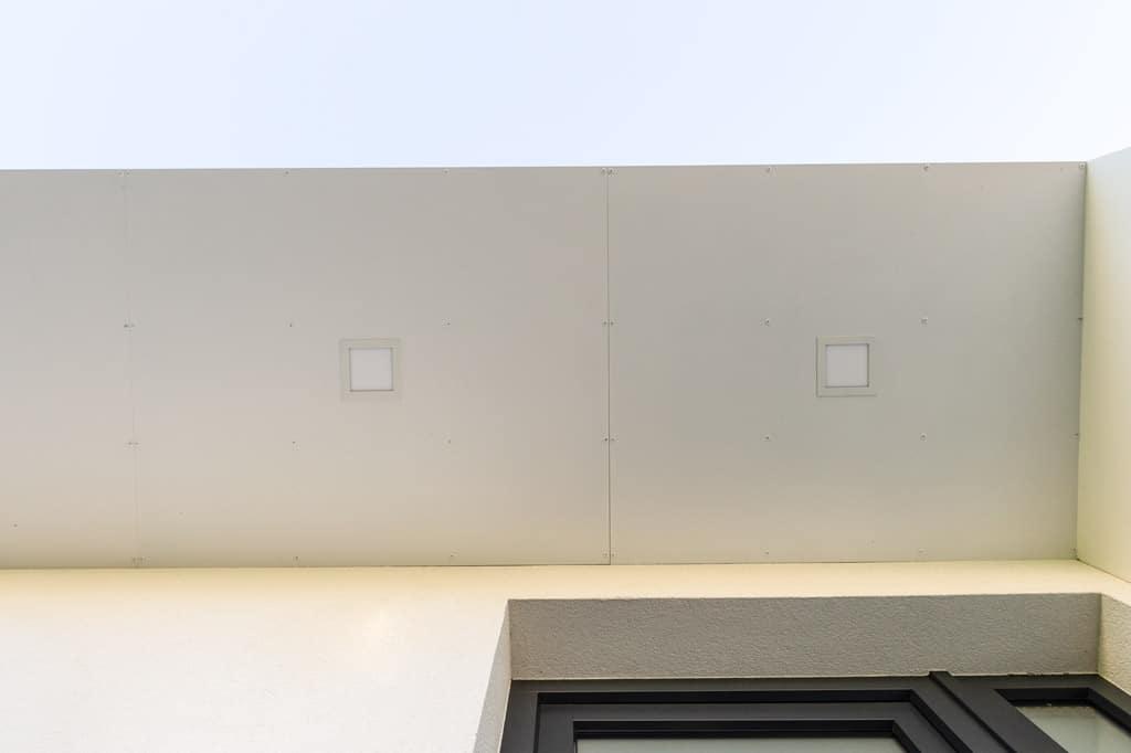 Vordach Alu 46 m | Unteransicht Vollblech Eingangsdach mit integrierter Beleuchtung | Svoboda