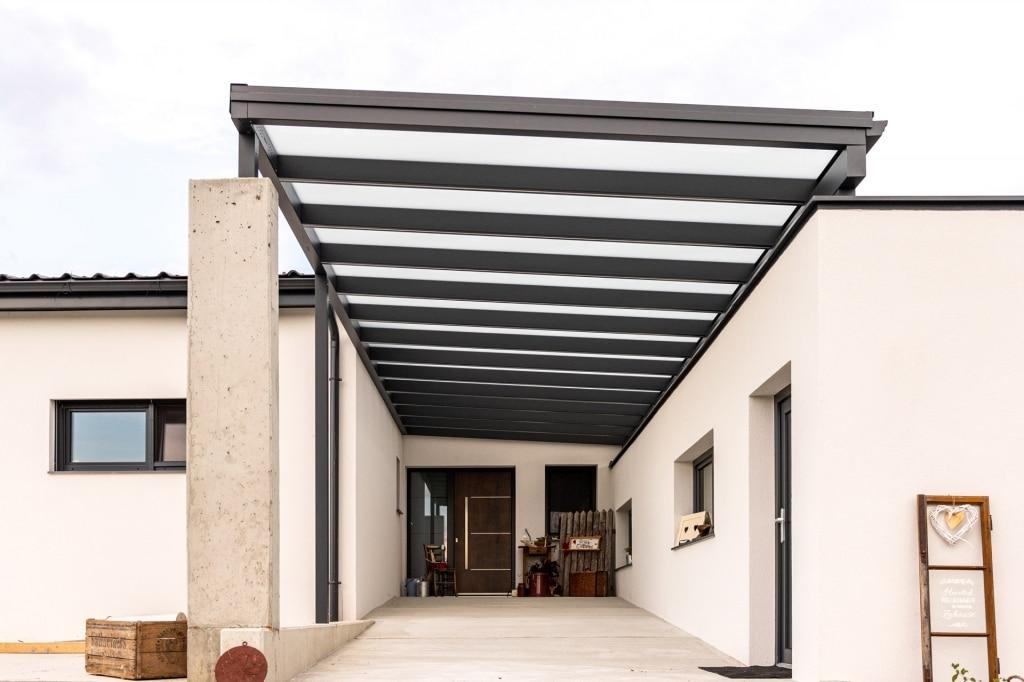 Vordach Alu 47 b | Unteransicht Alu Eingangs Dach grau beschichtet mit VSG Glas Folie matt | Svoboda