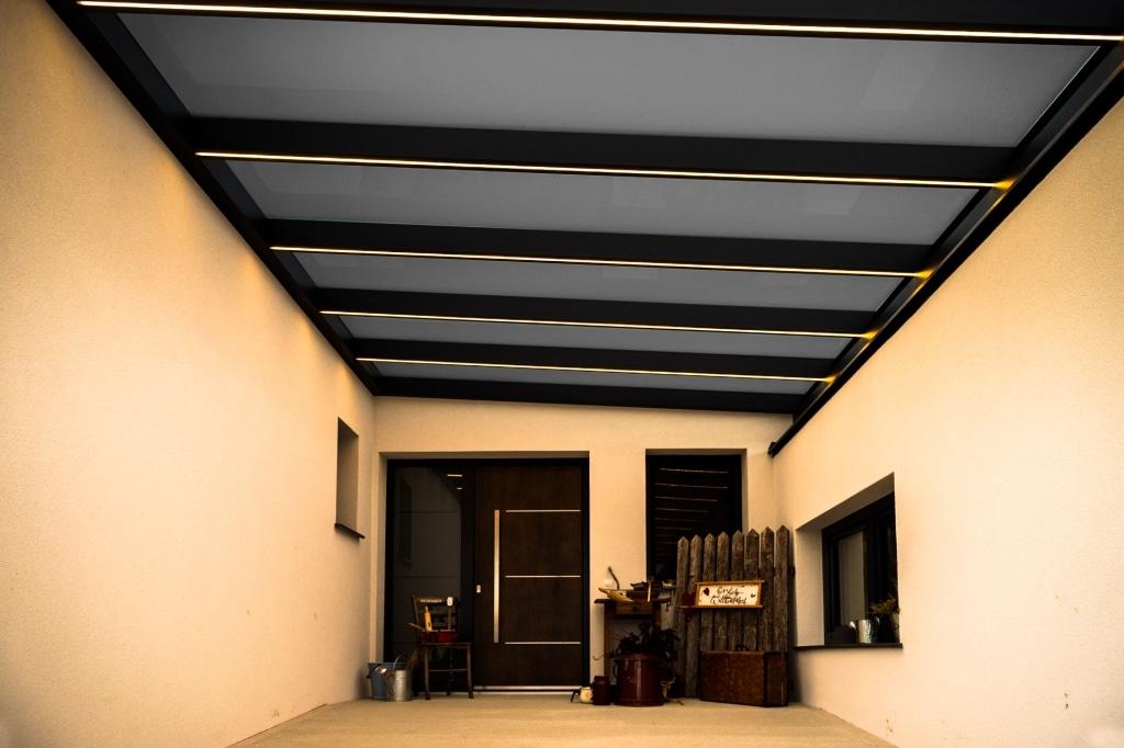 Vordach Alu 47 c | Alu-Glas-Dach mit LED-Beleuchtungsstreifen bzw. LED-Stripes in Sparren | Svoboda