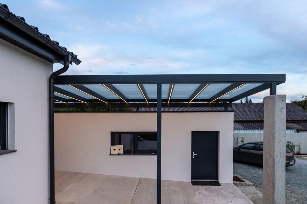 Vordach Alu 47 v | LED Beleuchtung mit Stripes bzw. Lichtstreifen bei Eingangsüberdachung | Svoboda