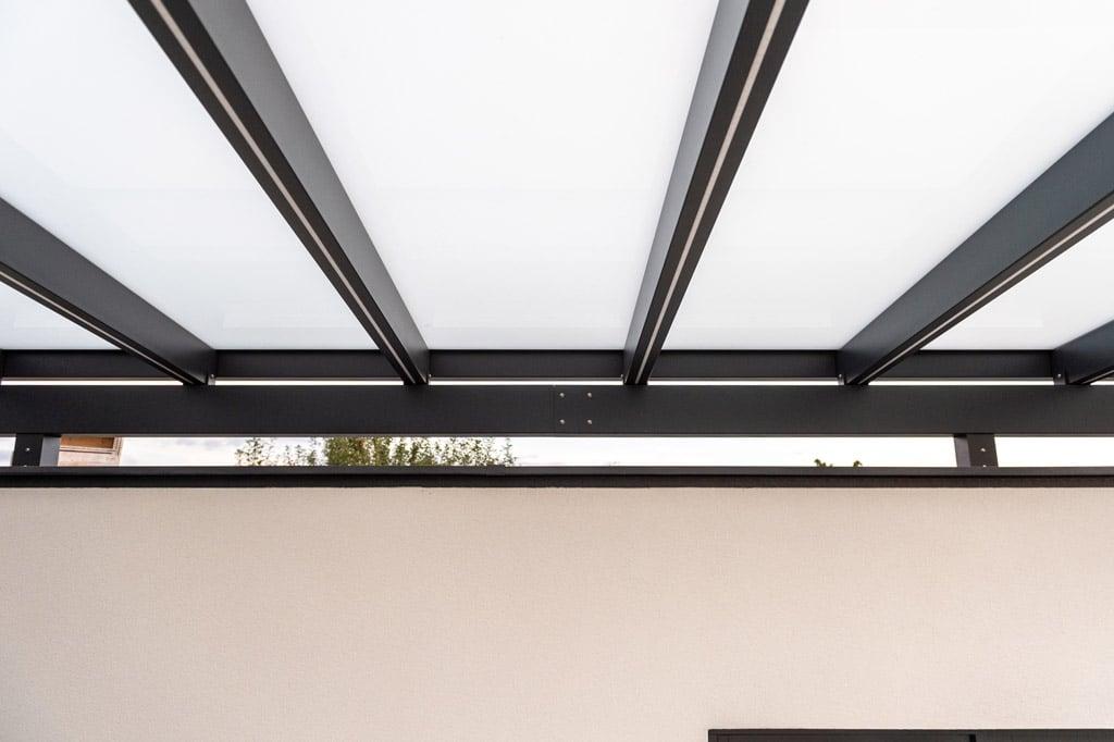 Vordach Alu 47 z1 | Unteransicht Alu-Glas-Dach bei Eingang mit LED-Streifen in Dachsparren | Svoboda