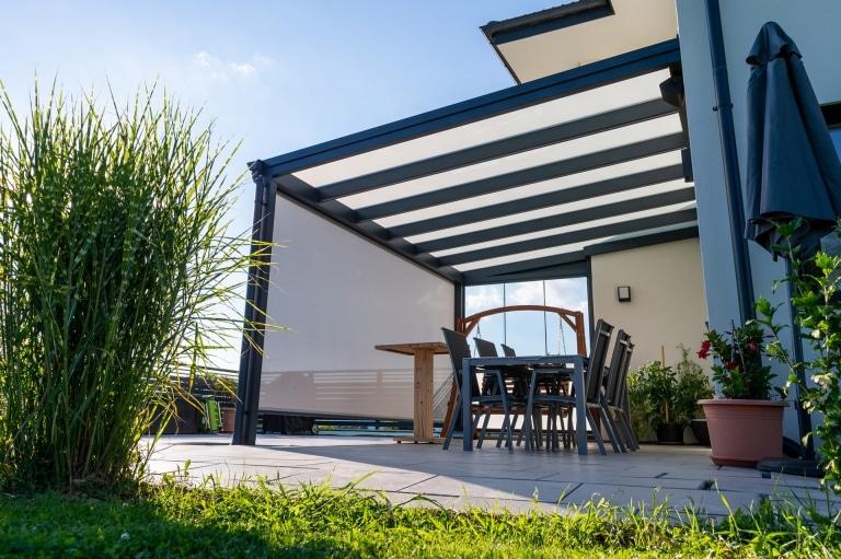 Z 16 a   hellgrau-weiße offene Senkrechtmarkise als Sonnenschutz & Windschutz bei Terrasse   Svoboda