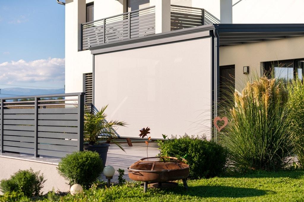 Z 16 d | zur Gänze geöffnete graue Sonnenschutzmarkise senkrecht bei Terrassendach | Svoboda
