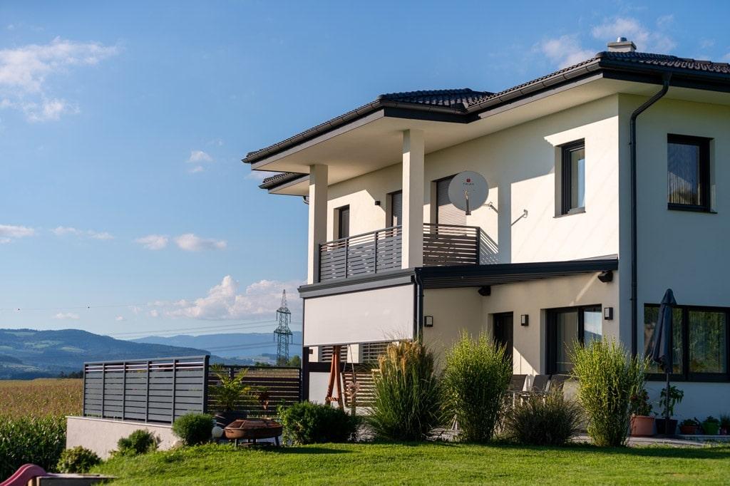 Z 16 g | vertikale bzw. senkrechte Beschattung in hellgrau-weiß bei Alu-Terrassendach | Svoboda