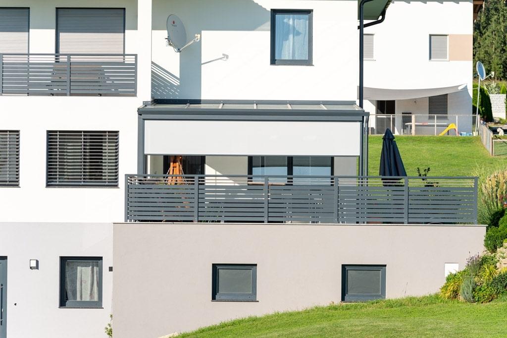 Z 16 m | halb offene Vertikalmarkise bei Aludach auf Terrasse, Blendschutz & Sichtschutz | Svoboda