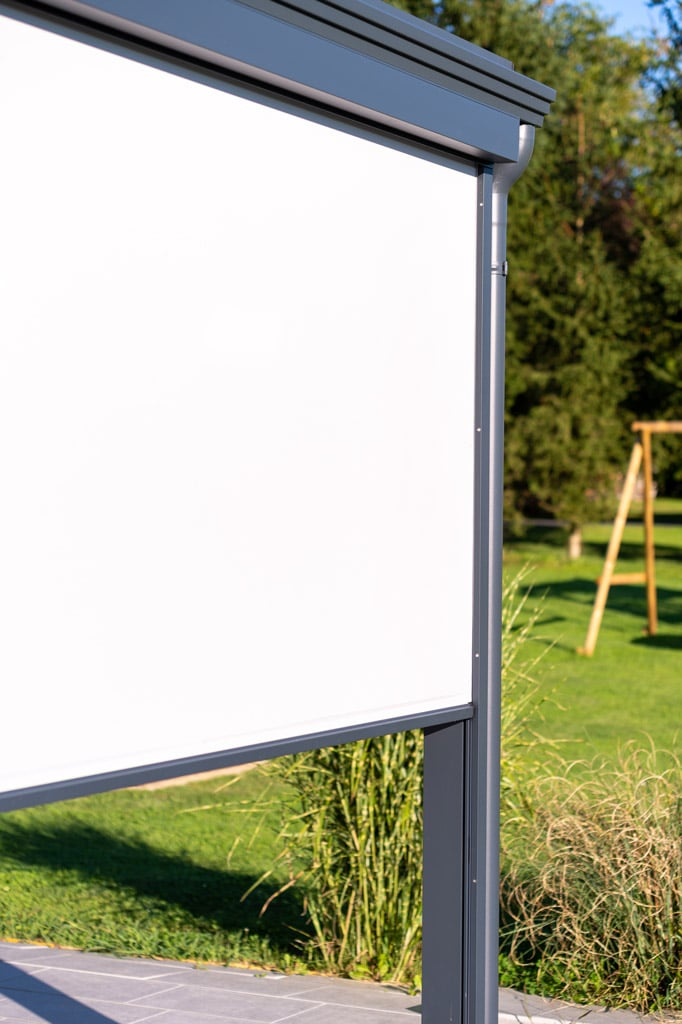 Z 16 o | halb geöffnete elektrische Sonnenschutzmarkise senkrecht mit Führungsschiene | Svoboda