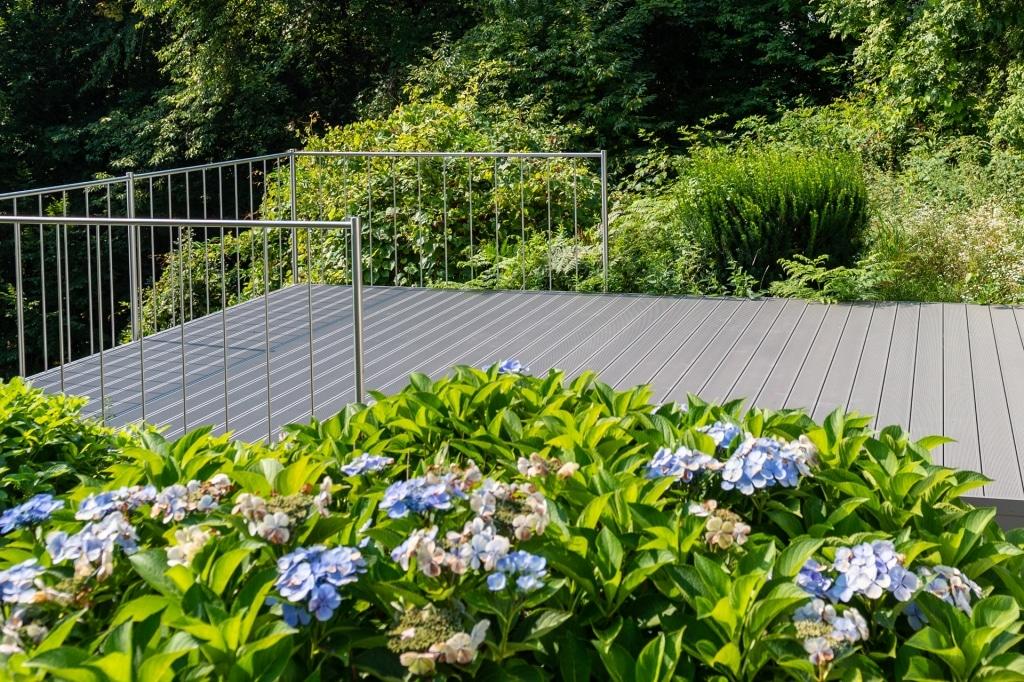 B Alu 18 a | Grauer Alu-Terrassenbodenbelag mit Rillen bei Terrassenzubau | Svoboda Metalltechnik