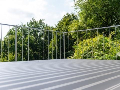 Berlin 33 p | Modernes Rundrohr Nirosta-Terrassengeländer mit senkrechten Sprossen | Svoboda