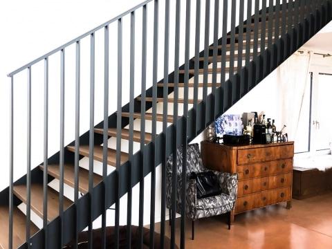 Genua 02 a | Modernes Design-Geländer bei Innenstiege aus Alu-Flach-Stab schwarz | Svoboda