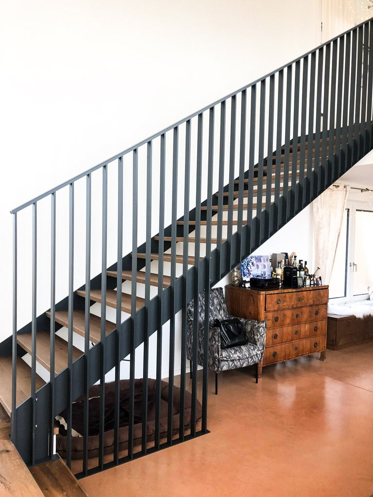 Genua 02 a   Modernes Designer Innengeländer Schwarz bei Stiegenaufgang aus Flachstab-Alu   Svoboda