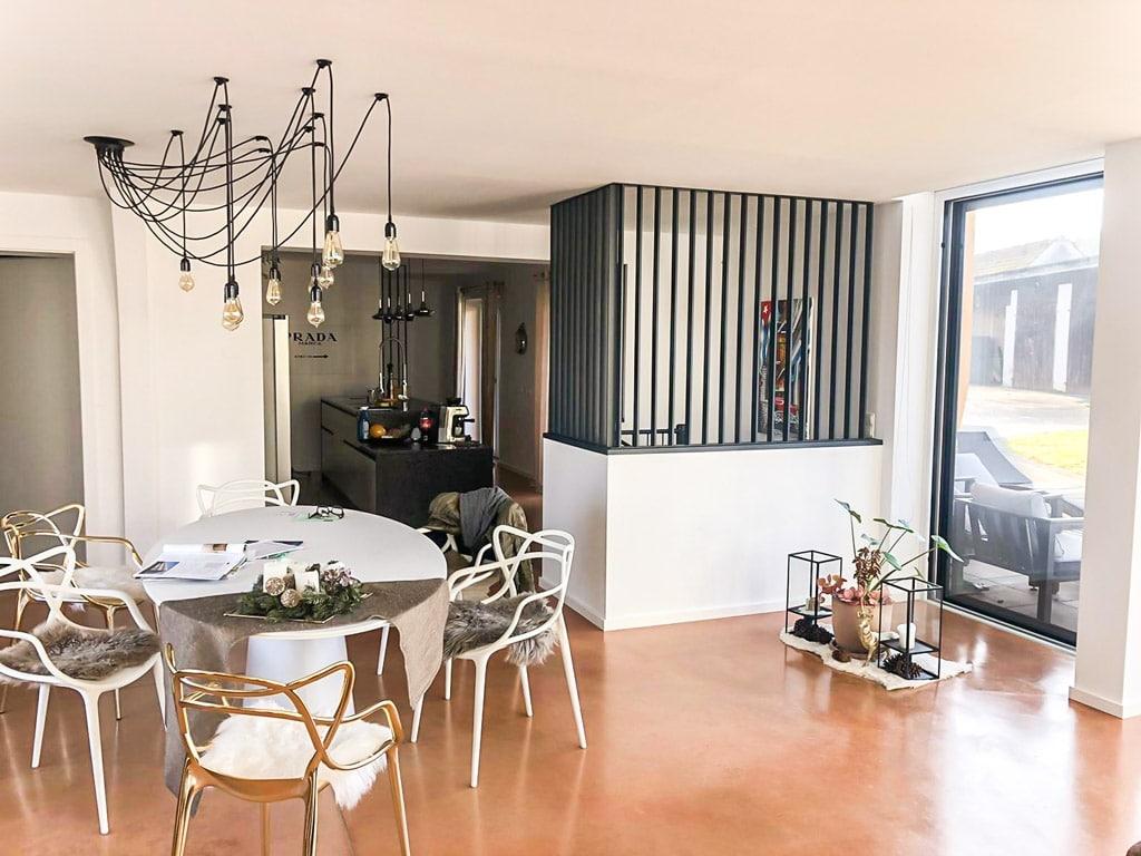 Genua 02 b   Moderner Desinger-Raumteiler in Flachstahl-Look aus schwarzem Alu auf Mauer   Svoboda
