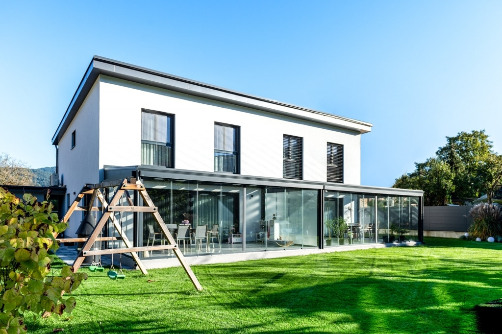 Schiebe 09 a | Doppel-Sommergarten Alu bei modernem Haus mit kompletter Schiebe-Verglasung | Svoboda