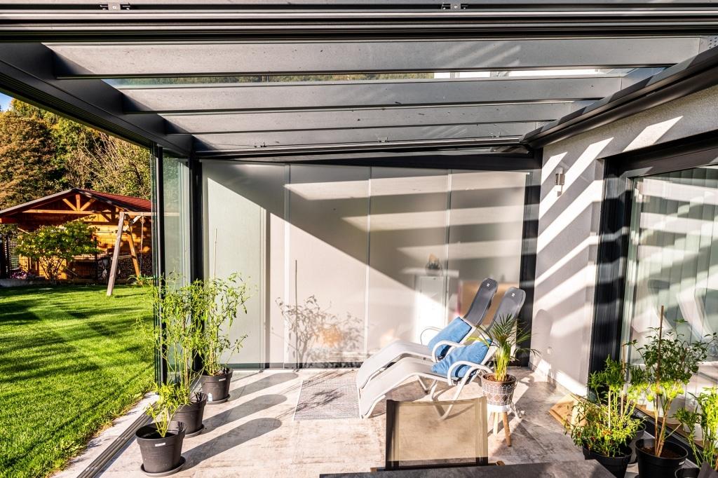 Schiebe 09 k | Sichtschutz-Verglasung mit Schiebe-Elementen matt bei Doppel-Terrasse | Svoboda
