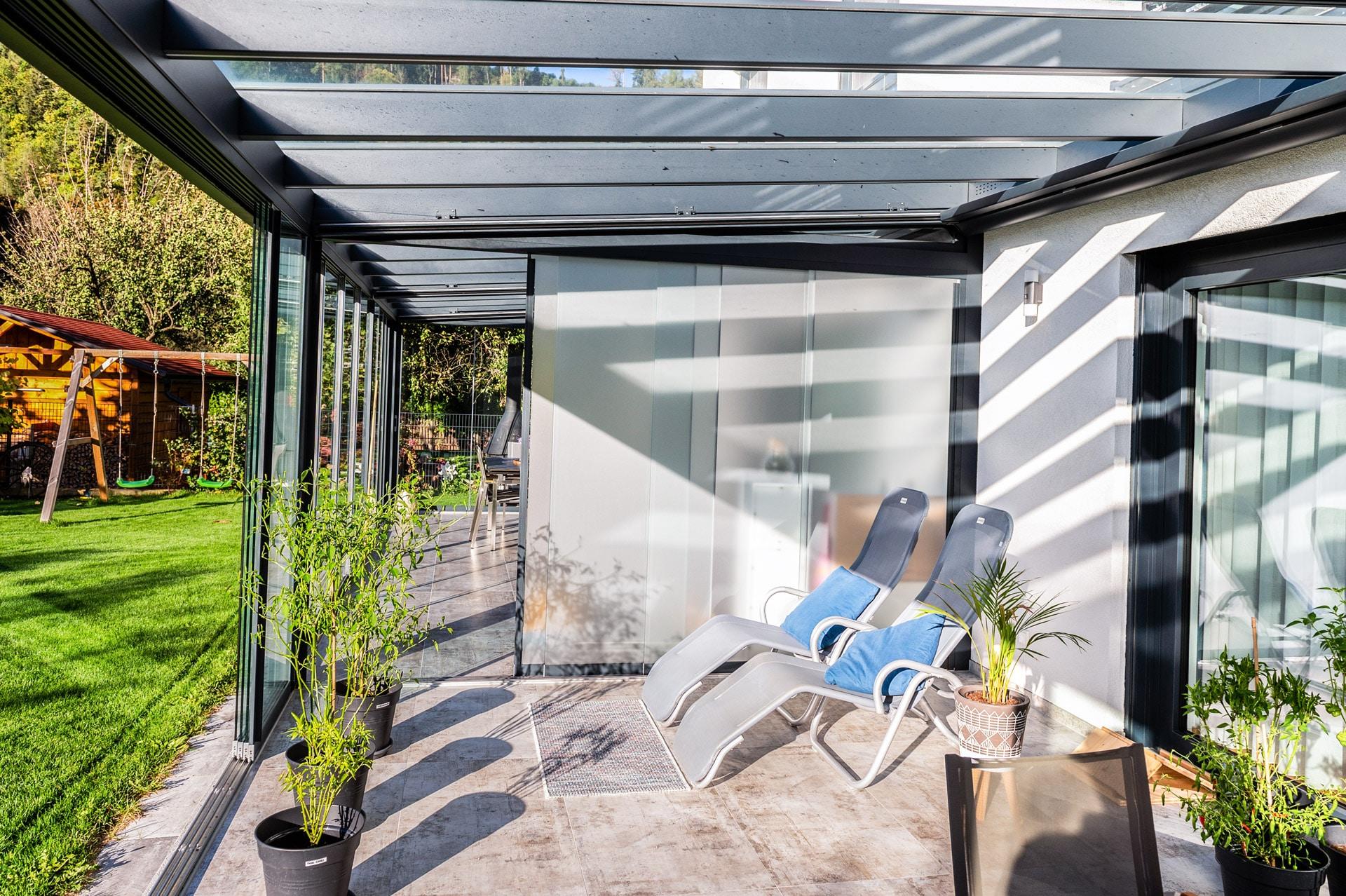 Schiebe 09 l | blickdichte matte Schiebe-Verglasung als Sichtschutz bei Doppelhaus-Aludach | Svoboda