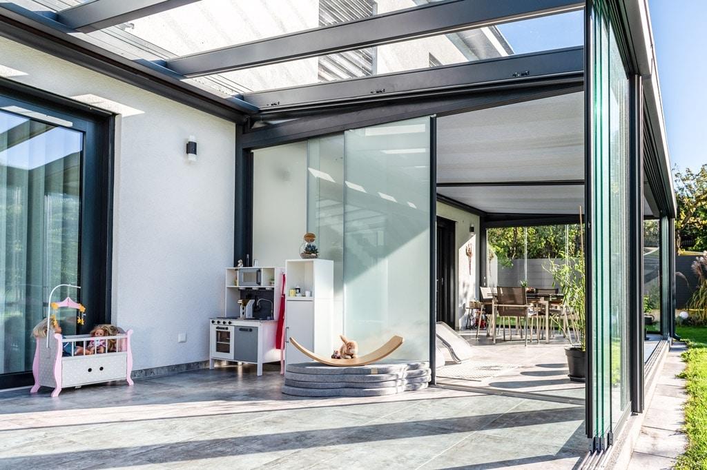 Schiebe 09 n | Sichtschutz-Trennwand mit Mattglas-Schiebe-Elementen bei Alu-Glas-Dach | Svoboda
